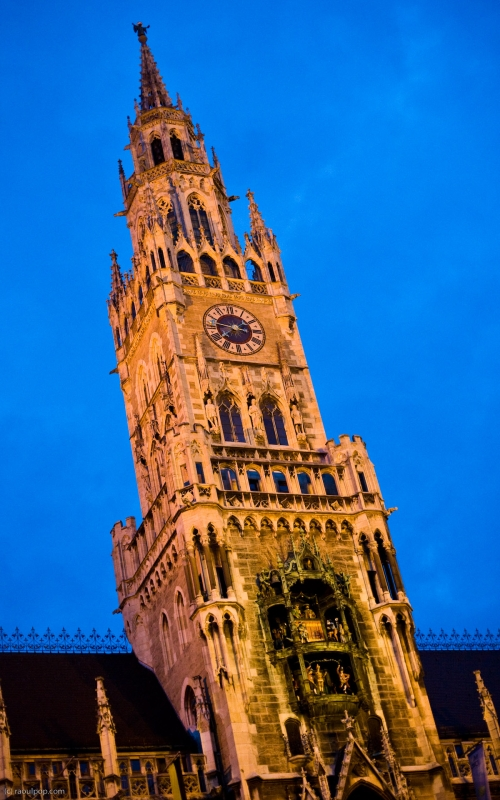 The city hall tower contains the famous Rathaus-Glockenspiel. We see it here lit up at night.