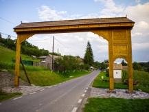 Sculpted gate