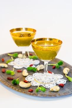 Contine: mere, pomelo, 100 g vlastari de floarea soarelui, salata. An original recipe by raw chef Ligia Pop.